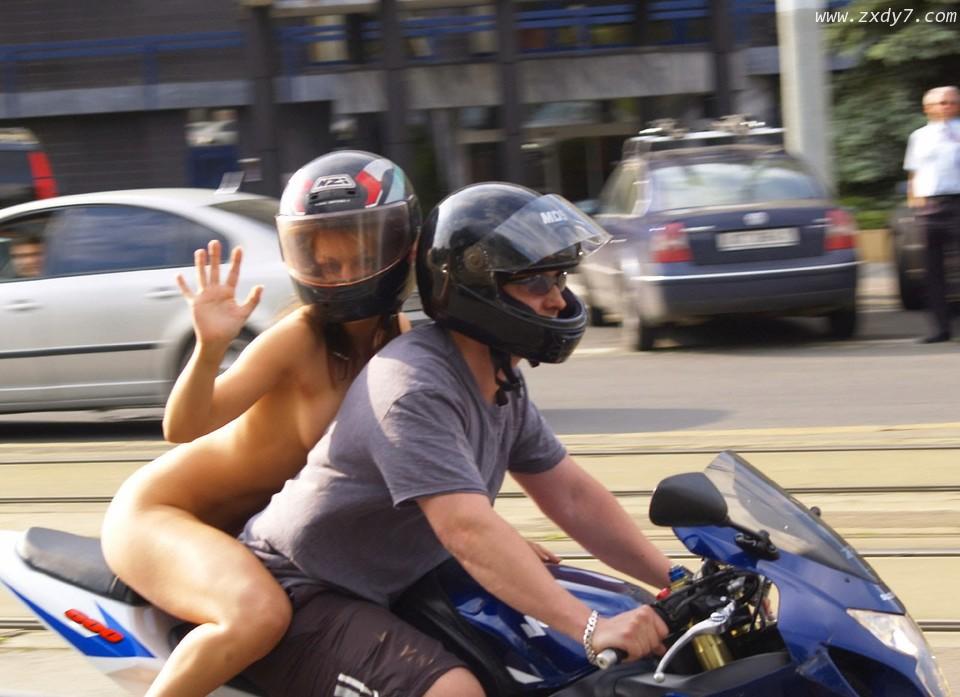 摩托车后座上来一个全裸美女,这哥们竟然挺得住