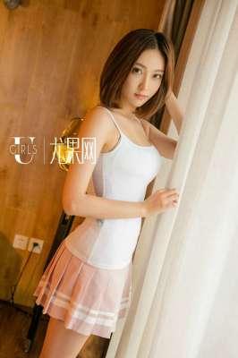 短发美女白色吊带装短裙写真