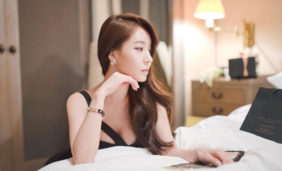 韩国气质低胸少妇宾馆写真