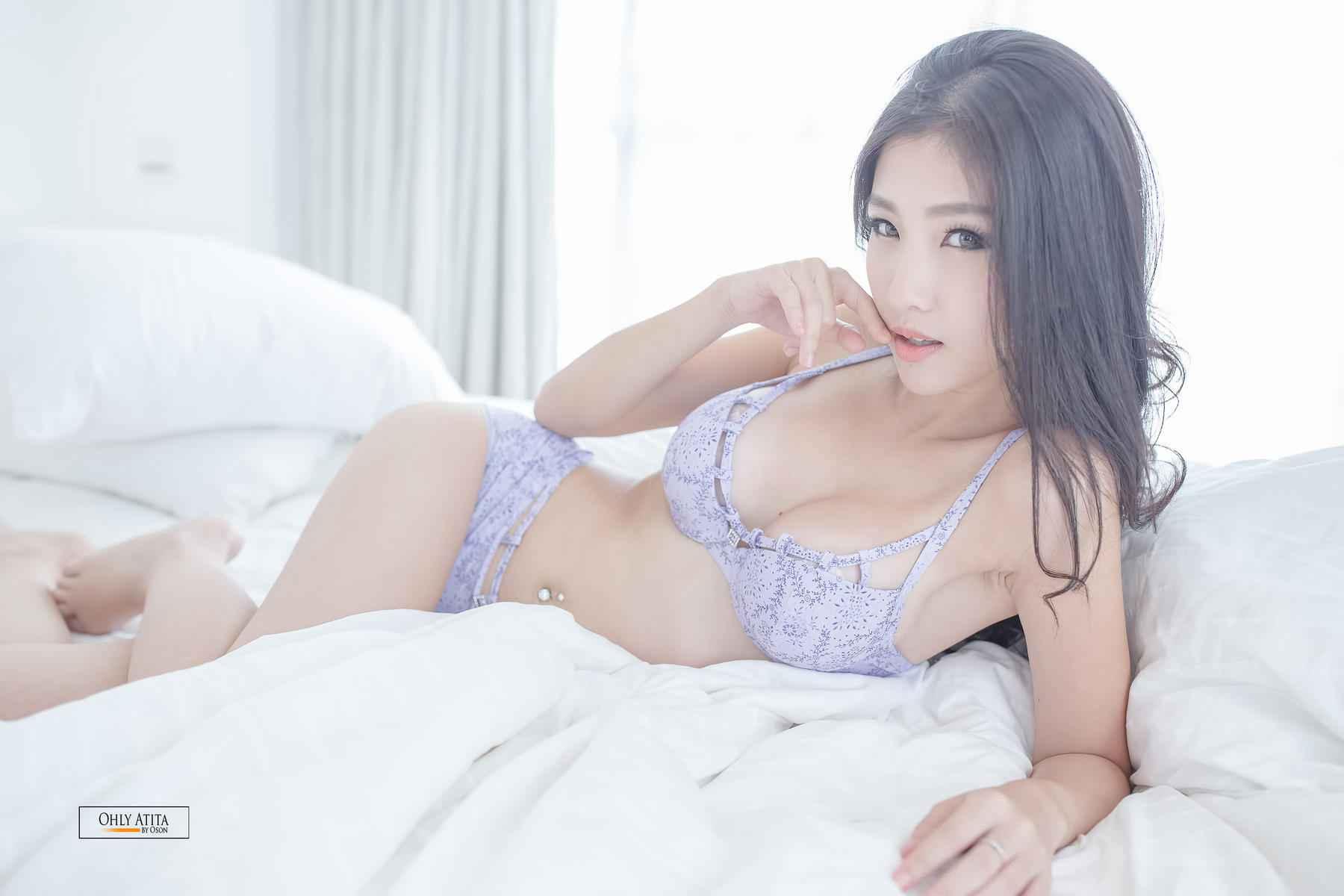 内衣风情美女床上写真