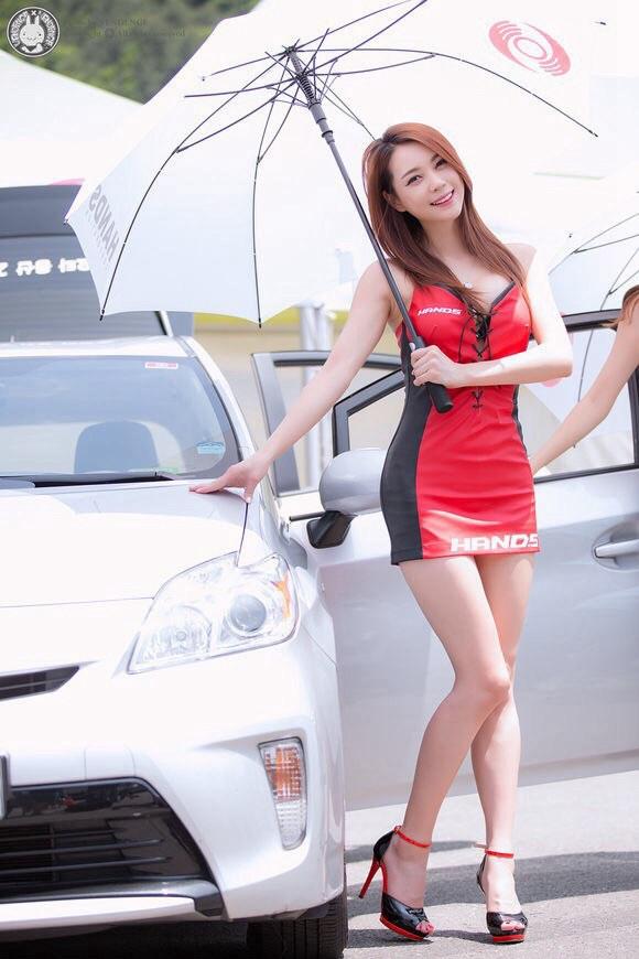 大胸美女车模超短秀好身材