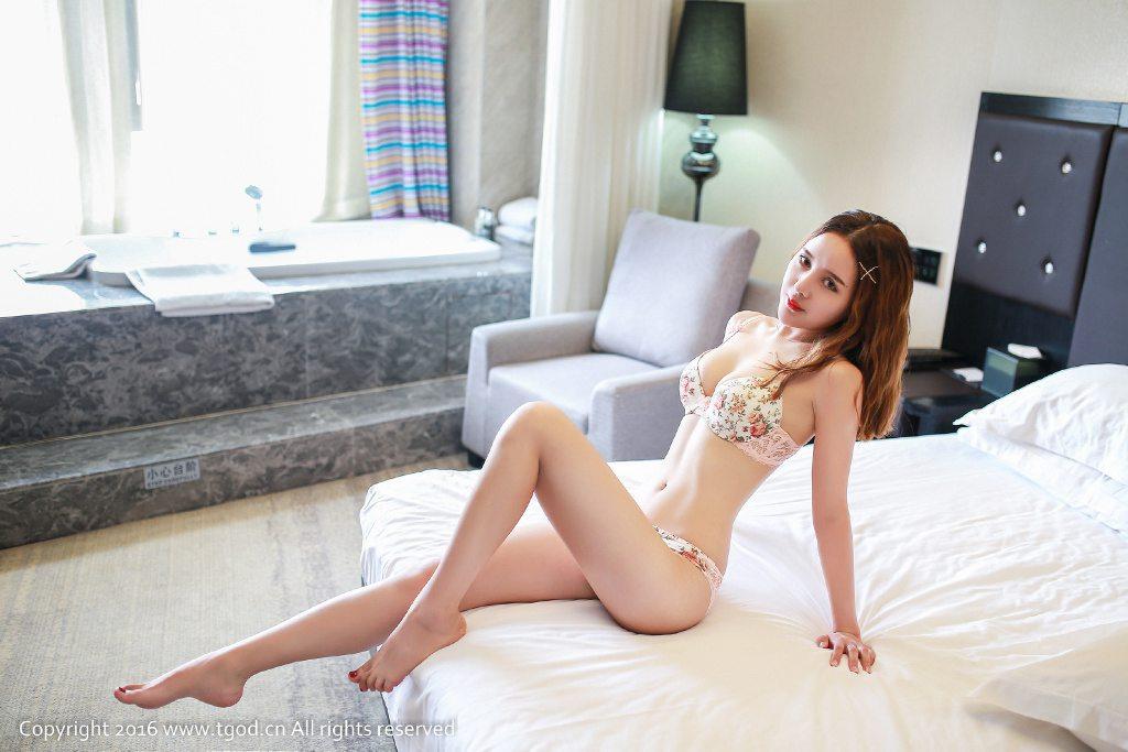 纤细身材小蛮腰内衣美女床上秀美腿