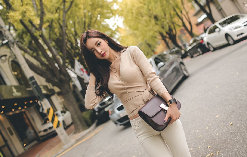 时尚美女模特白色牛仔裤街拍
